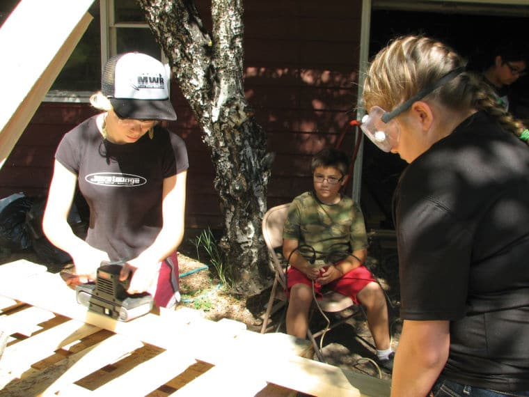 Youth volunteers working under the Sierra Service Project